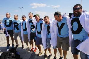 Colores del Mundial: A los uruguayos les basta ''medio gol'' y sueñan ya con España o Portugal