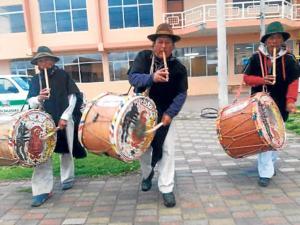 Con tambores y pingullos