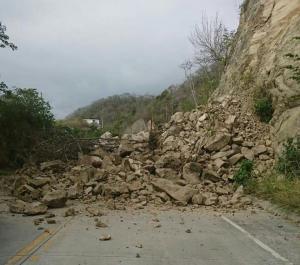 Deslizamiento de tierra produjo el cierre de la vía San Vicente - Pedernales