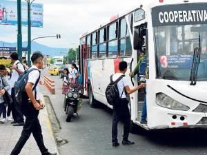 Buses urbanos de Portoviejo irrespetan tarifa y no les paran a todos, aseguran usuarios