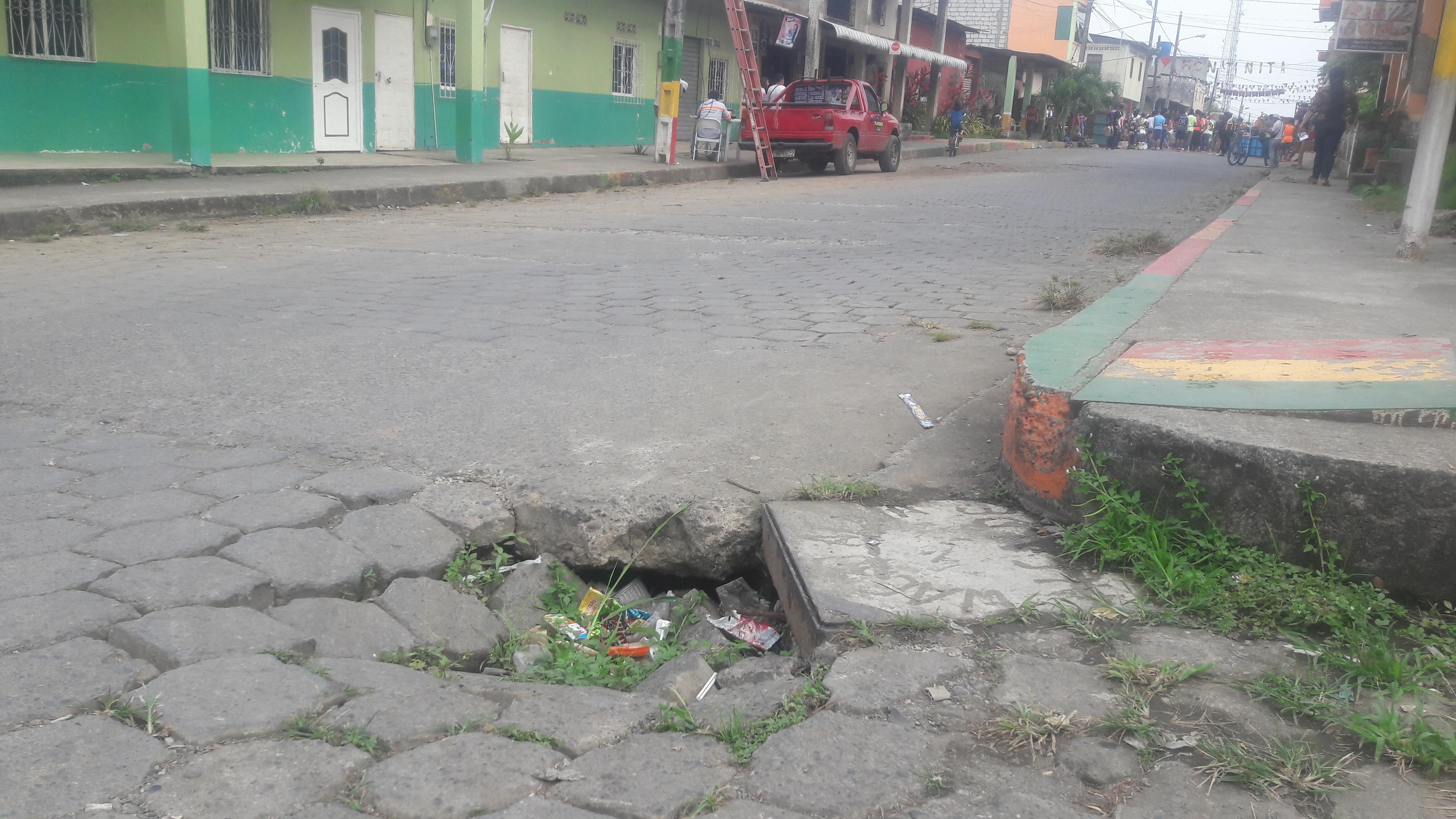 Adoquines se hunden en la calle
