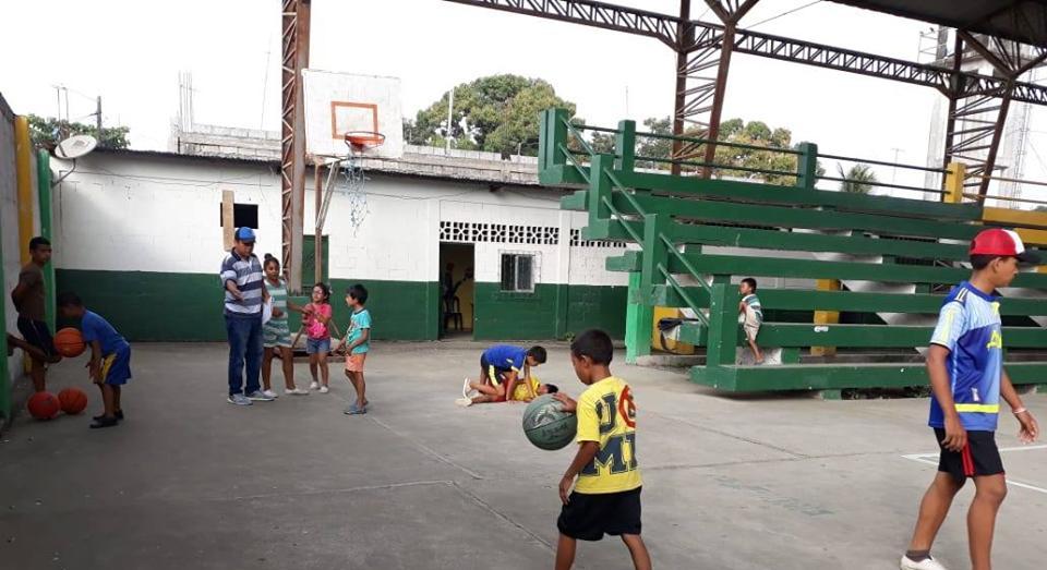 Inician clases en escuela de baloncesto