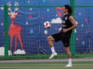 Edinson Cavani entrena con Uruguay pero es duda para el partido de cuartos de final