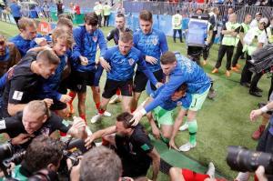 ¿Quién es el fotógrafo aplastado y besado tras el segundo gol de Croacia?