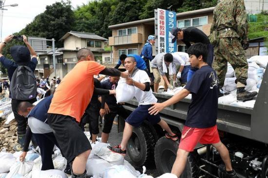 Japón sigue tratando de contener unas inundaciones que dejan 179 muertos