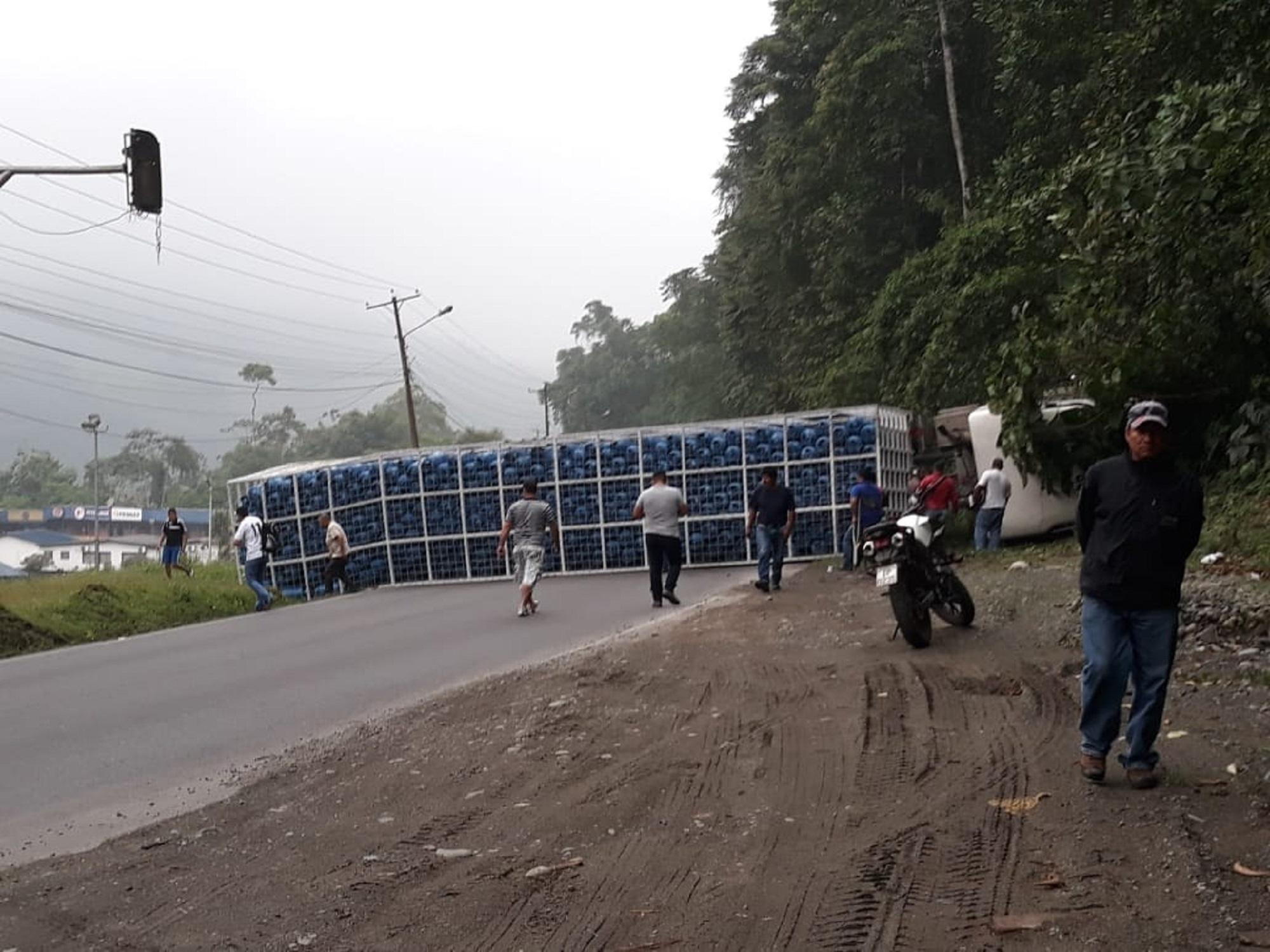 Tráiler se accidenta en la Alóag-Santo Domingo
