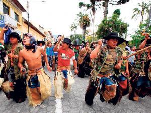 Indígenas   aún zapatean