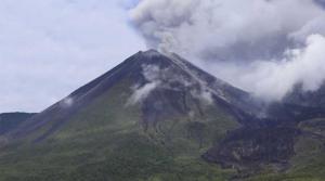 Alta actividad del volcán Reventador con incandescencia en cráter
