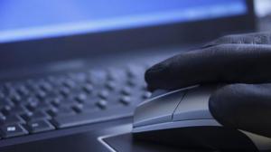 Chileno robó 730.000 dólares al banco que trabajaba desde su computador