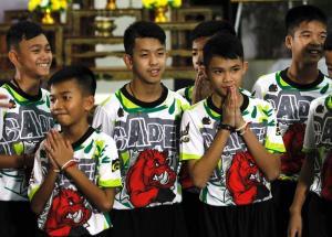 Los chicos y su entrenador rescatados en la cueva tailandesa salen del hospital