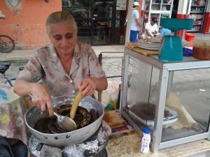 Lleva treinta años en la venta de morcillas en las calles de Santa Ana