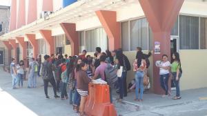 Estudiantes protestan en los exteriores de la Facultad de Comunicación