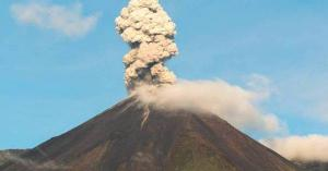 Reportan leve caída de ceniza desde el volcán Reventador