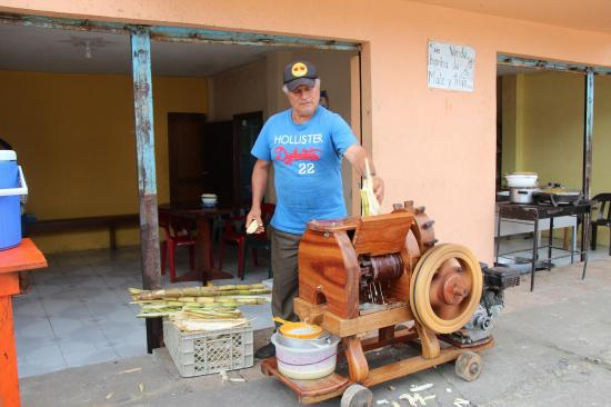 Jugo de caña con molino de madera