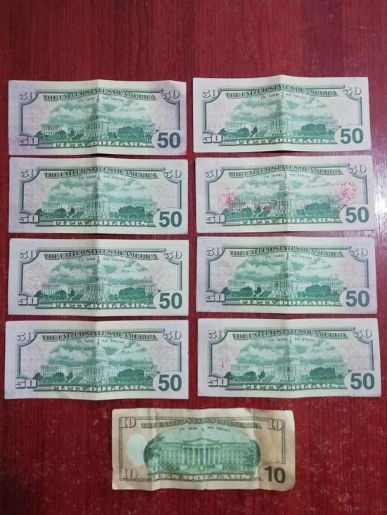 Tenía 400 dólares falsos