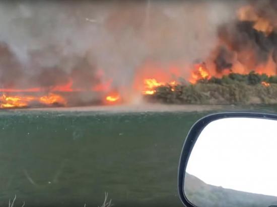 Pareja filma formación de tornado de fuego con humo tóxico