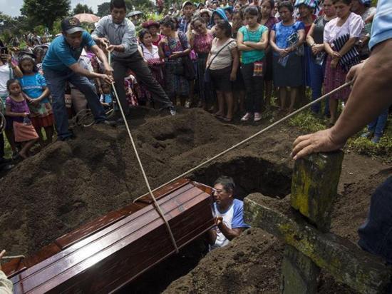 Suman 135 los muertos por la erupción del  volcán de Fuego