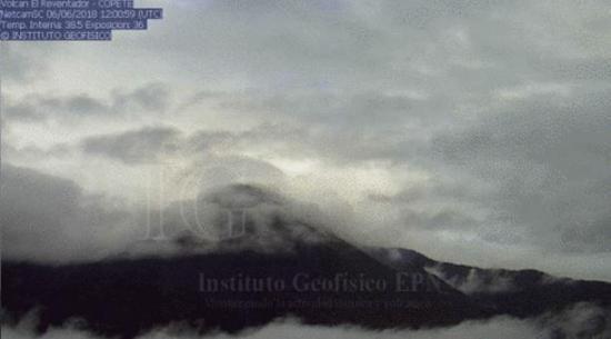 Volcán Reventador emite ceniza y bloques incandescentes