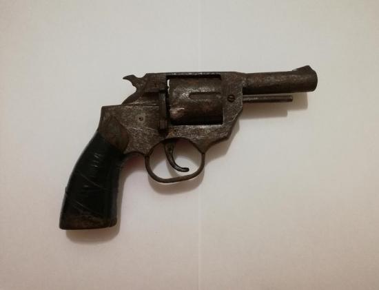 Peruano ocultaba un arma en su local