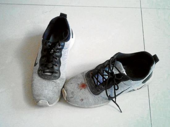 Ladrón deja sus zapatos botados