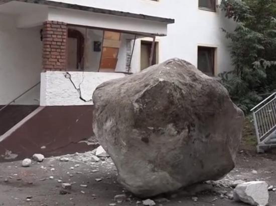 Enorme roca choca  contra un edificio