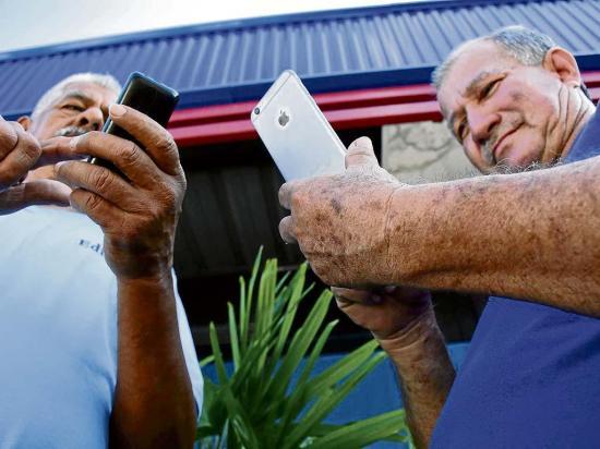 """La tecnología no logra enchufar a todos los """"abue"""""""