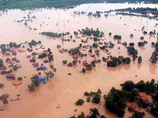 Rotura de una presa  sumerge bajo el agua a ocho aldeas