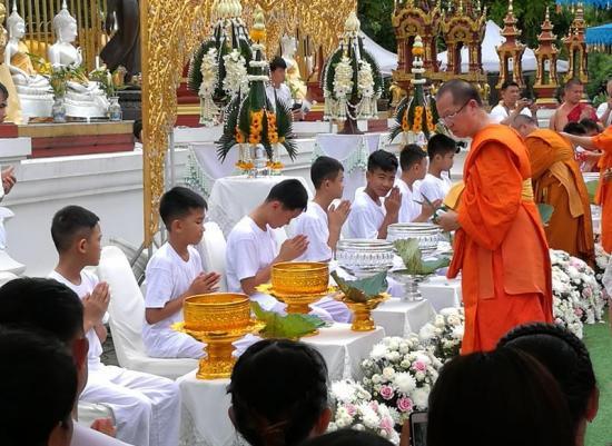 Niños tailandeses rescatados inician ceremonia para ordenarse monje budista