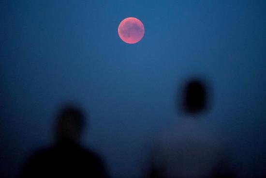 El cielo nublado impide observar el eclipse lunar en gran parte de Argentina