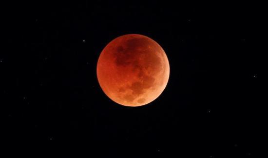 La Luna se tiñe de rojo durante su eclipse más largo del siglo