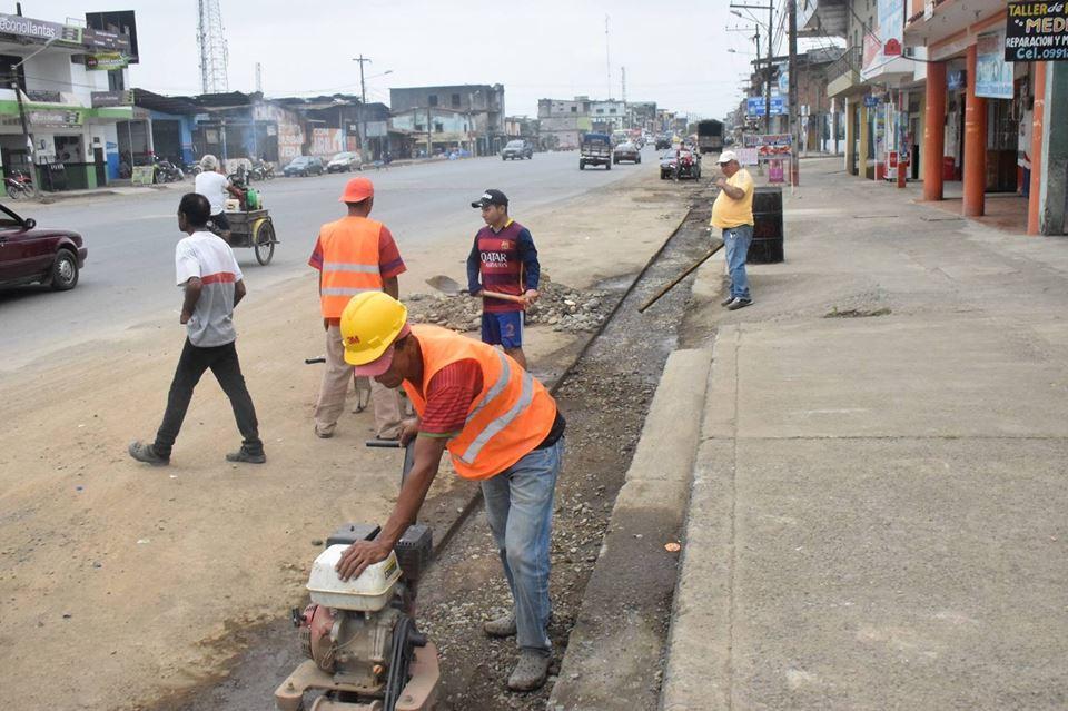 Colocan tuberías en la calle Guayaquil