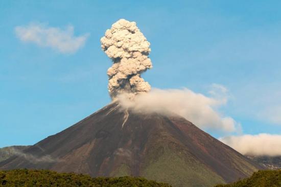 Emisiones de hasta medio kilómetro deja la alta actividad de volcán Reventador