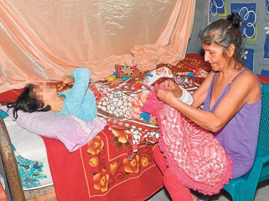 Modesta teje  cojines para ayudar a su hija