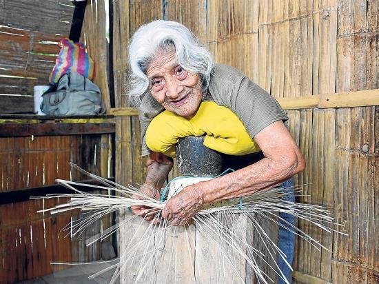 A sus 97 años aún teje para ayudar a su familia