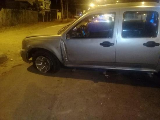 Abandonan camioneta tras sufrir accidente