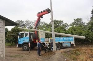 Se colocan postes en sector El Mango