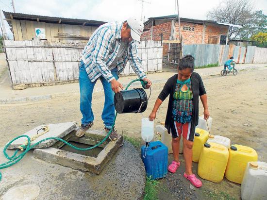 Poblaciones aún padecen la falta de agua, pozos y ríos son la alternativa