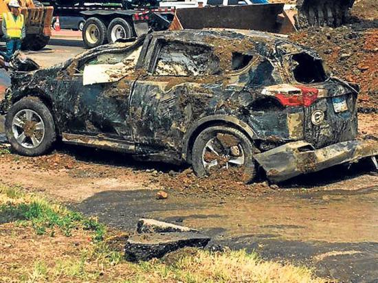 Un auto es  tragado por la tierra
