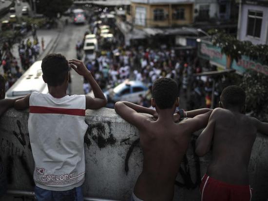 Aumenta número de niños vinculados con tráfico de drogas en favelas de Río
