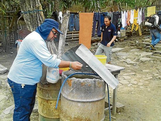 Abatizan recipientes para evitar el dengue, zika y chikungunya