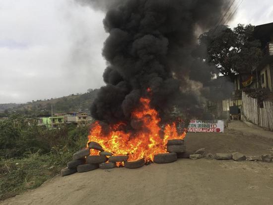 con quema de llantas piden el arreglo de vía