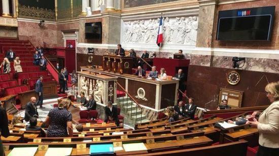 Francia: aprueban ley que prohíbe piropear o silbar de forma obscena a mujeres en público