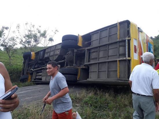 Un bus se vuelca en una carretera de Chone y deja dos pasajeros golpeados