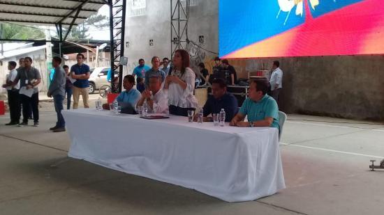 Vicepresidenta visita Bahía de Caráquez donde atiende inquietudes de ciudadanos