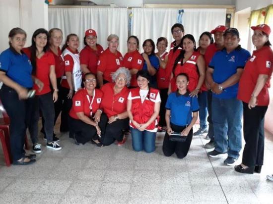 Una mujer está al frente de la Cruz Roja