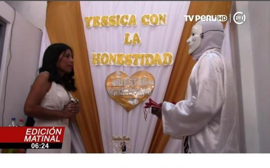 Candidata a alcaldesa en Perú ''se casa'' con la honestidad en acto de campaña