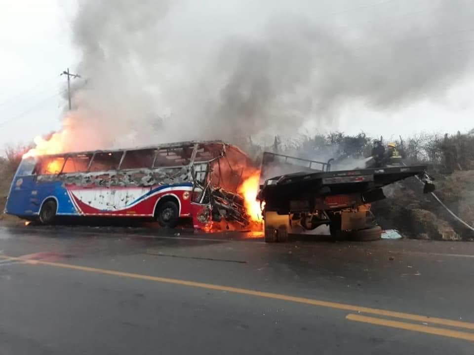 Un bus y un camión chocan ocasionando un incendio en Isidro Ayora