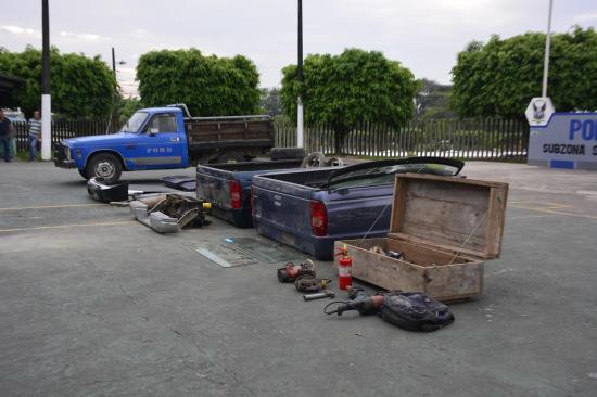 Encuentran partes de carros bajo tierra