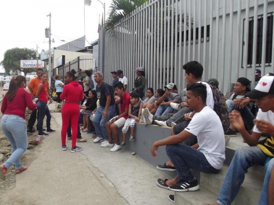Jóvenes acuden al llamado de las Fuerzas Armadas para acuartelamiento