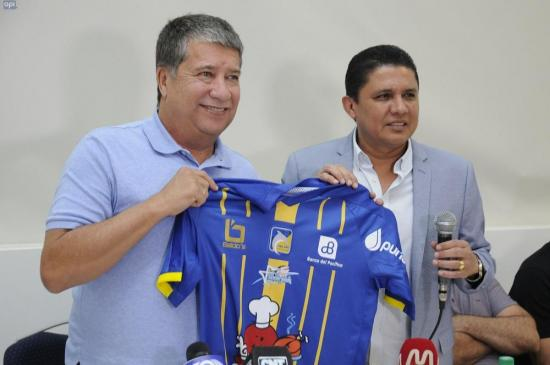 Hernán 'Bolillo' Gómez recibe la camiseta del Delfín, dijo conocer muy poco del equipo